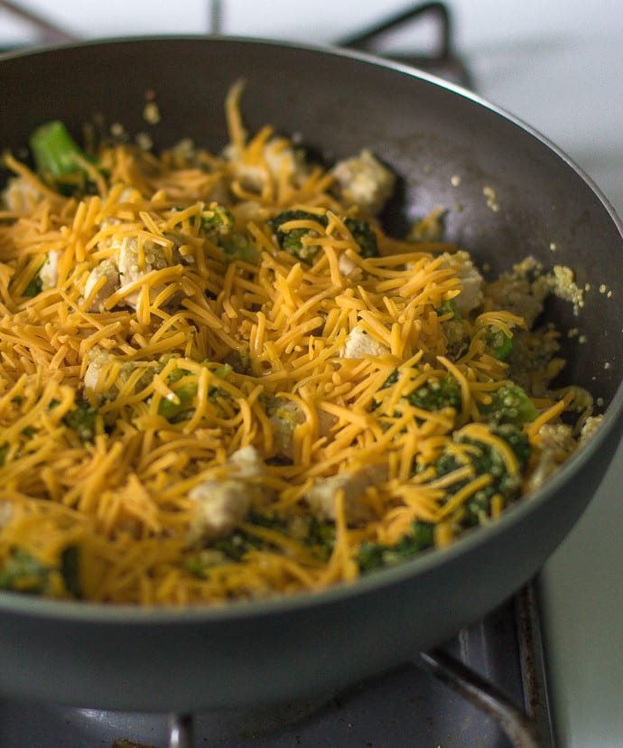 Cheesy Broccoli and Chicken Quinoa- this quick and easy recipe is cooked in ONE pan and a great dish to make for lunches throughout the week! │ bbritnell.com