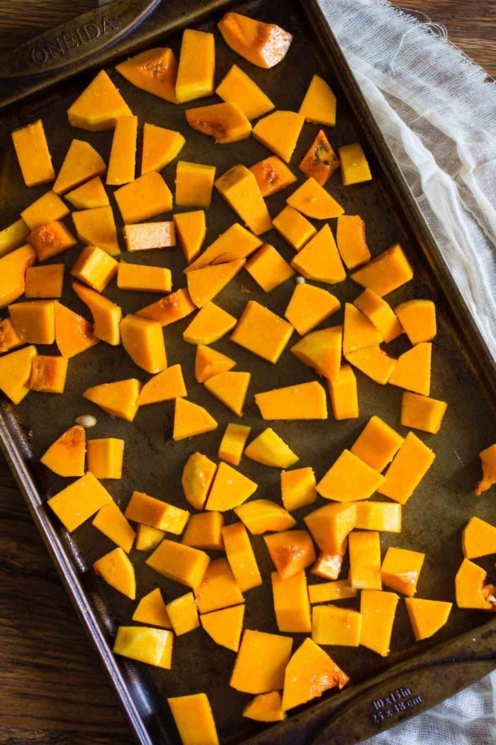 Butternut Squash Pasta Sauce- this recipe is SUPER easy to make and a delicious, healthy, and vegan alternative to traditional pasta sauces! Just roast the squash and blend it up for a few other ingredients to enhance the flavor.