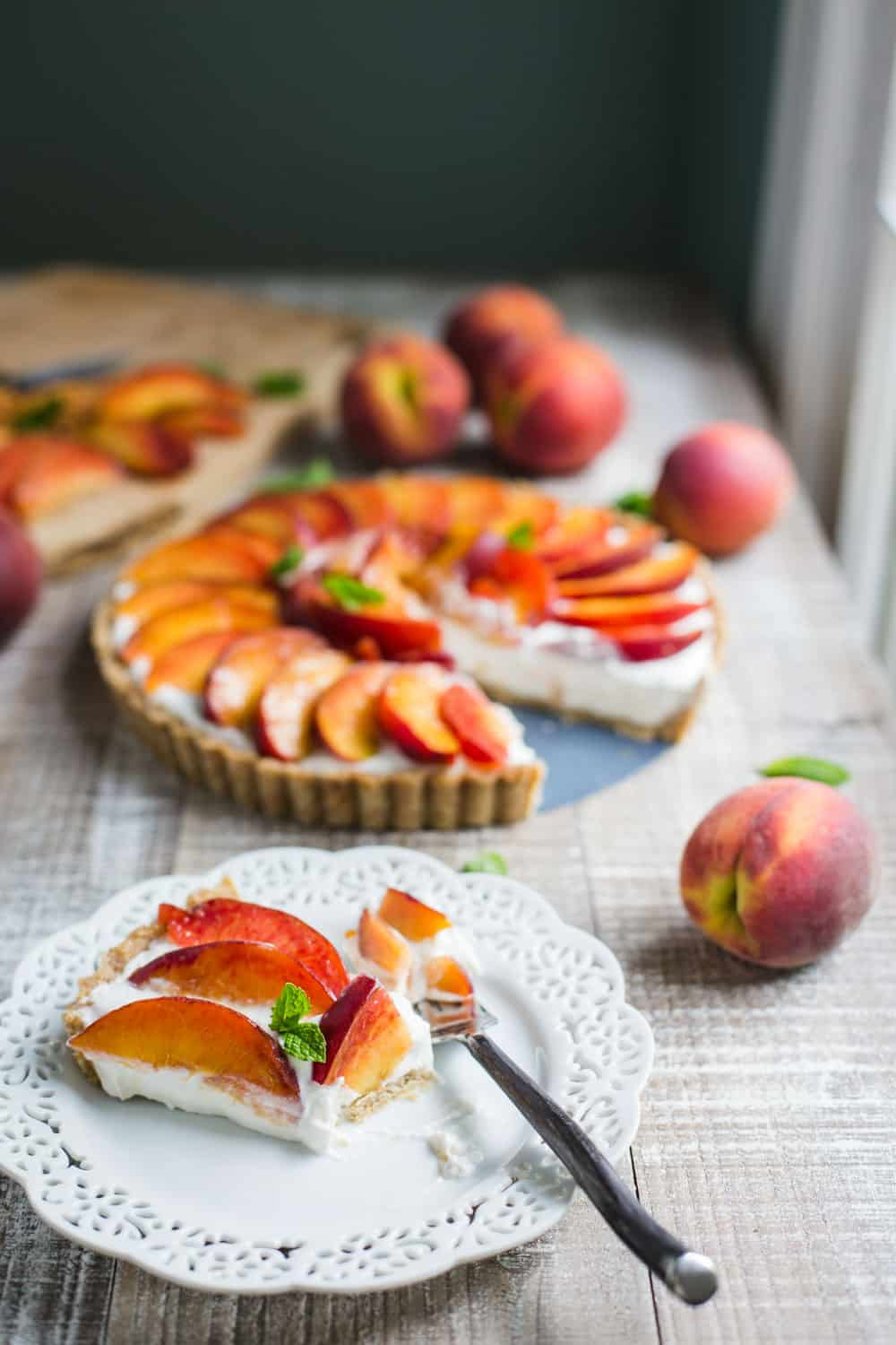 No Bake Peach Pie (V + GF)- this no bake pie recipe is SO easy to make, VEGAN, gluten free, and something that the whole family will love!