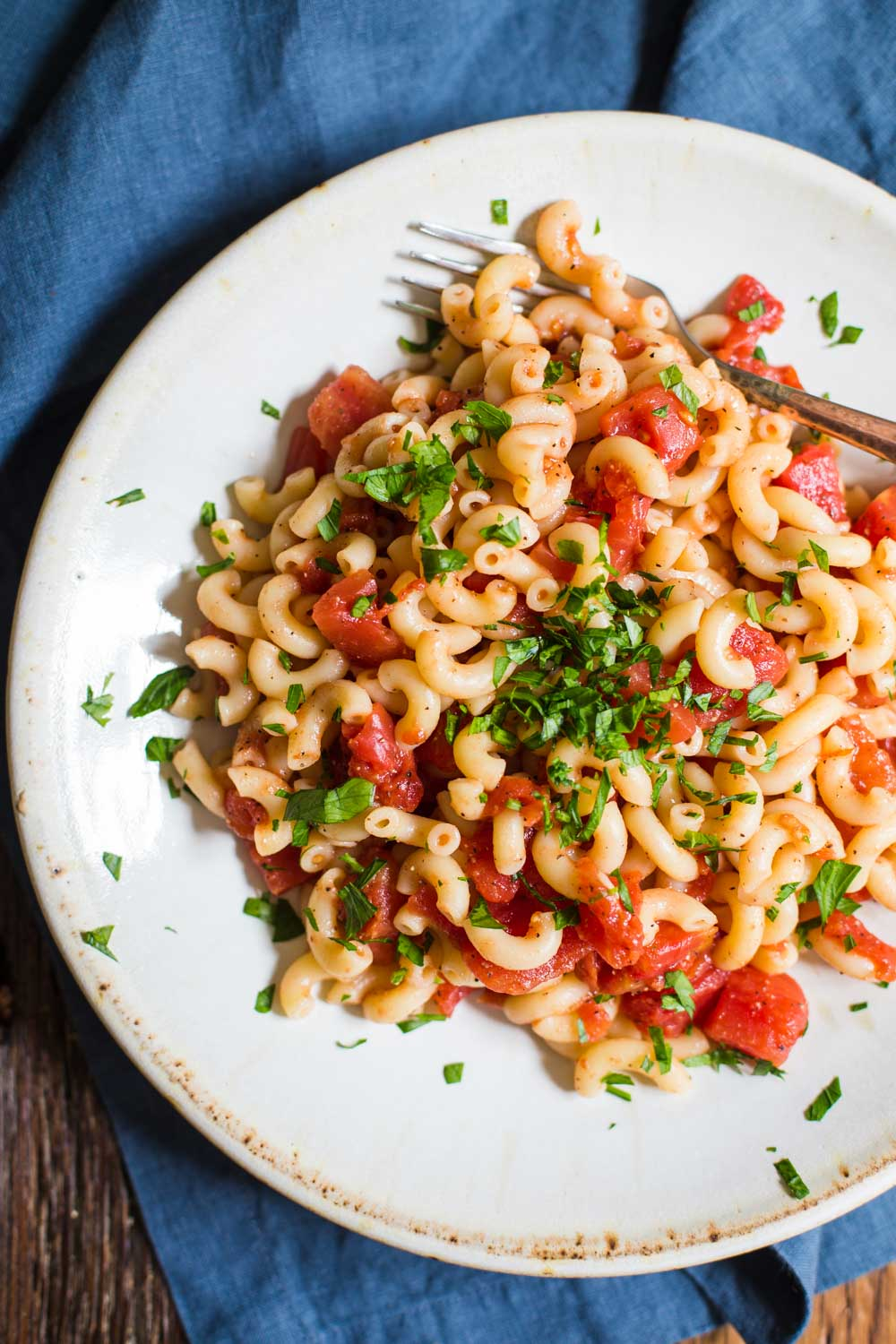 Simple Tomato Pasta- this simple macaroni dish is SUPER easy to throw together, completely vegan, and good for leftover lunches!