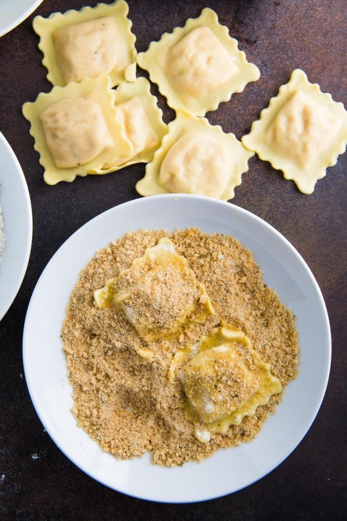 Easy Baked Ravioli- this recipe is so super simple and a fun way to make finger food out of ravioli. The perfect party dish!!