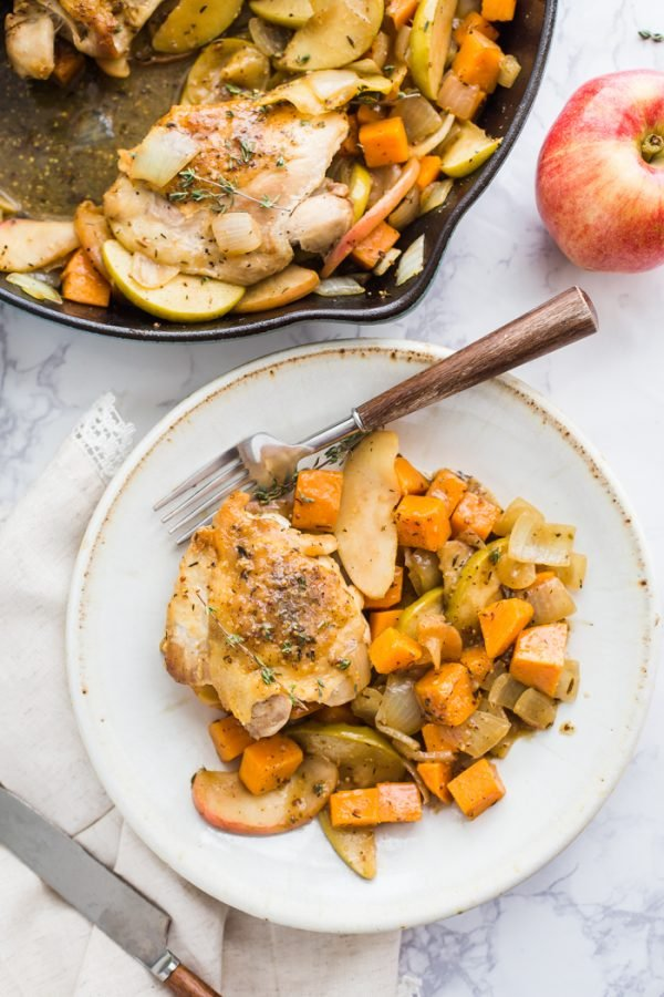 One Skillet Apple Cider Chicken- this Autumn meal takes just 30 minutes to make and is the perfect healthy dinner!