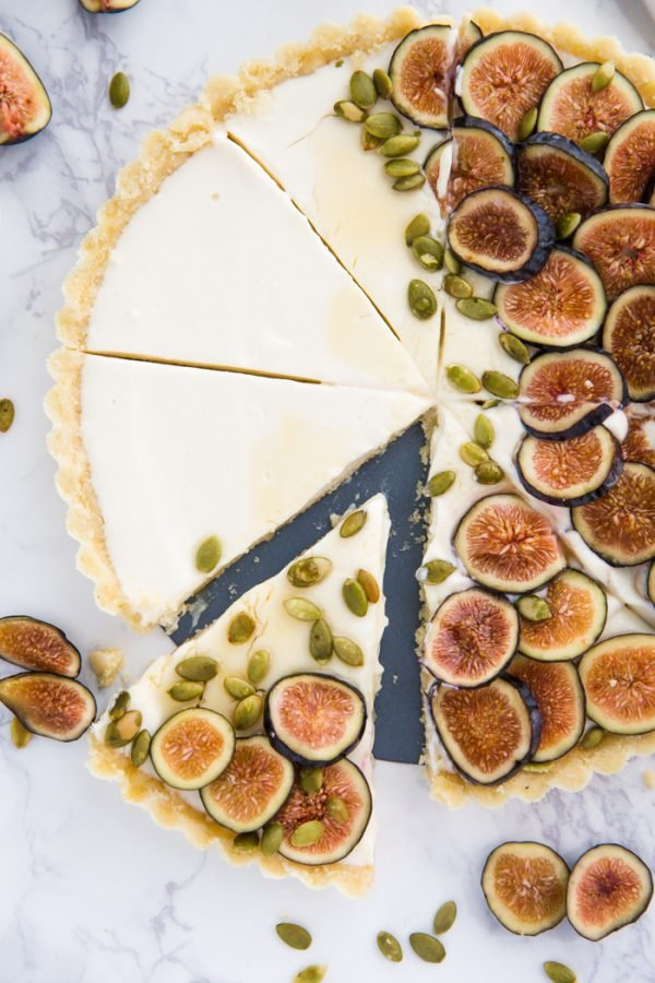 No Bake Fig Pie- this easy no bake pie is creamy, delicious, and ready in just 4 hours! It's topped with fresh figs and the perfect pretty pie for a party!