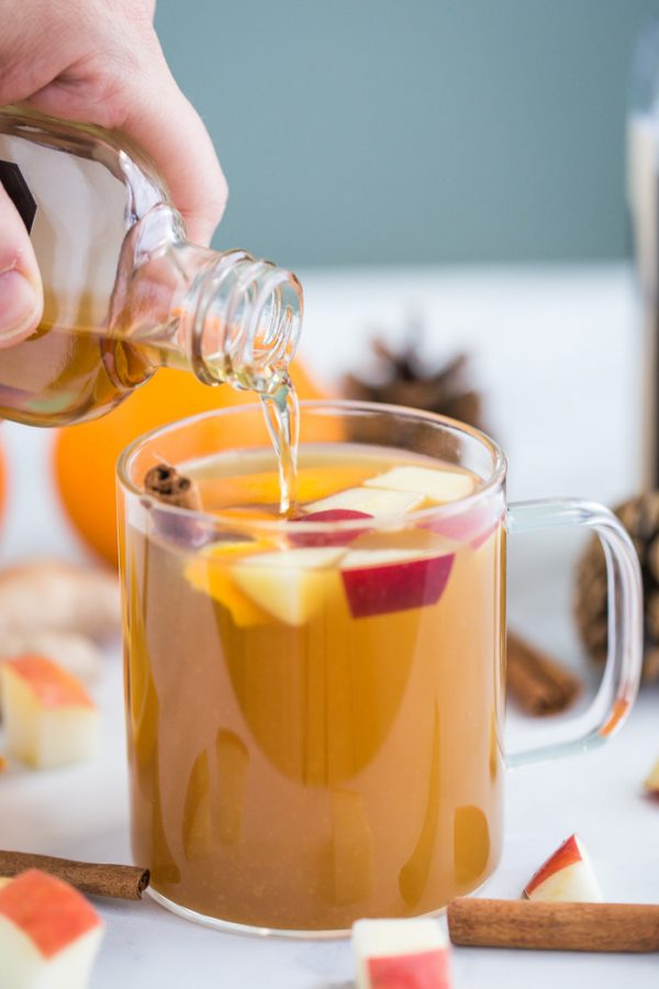 Slow Cooker Mulled Cider- this crockpot apple cider is very easy to make and will leave your house smelling amazing for the holidays! Perfect for parties
