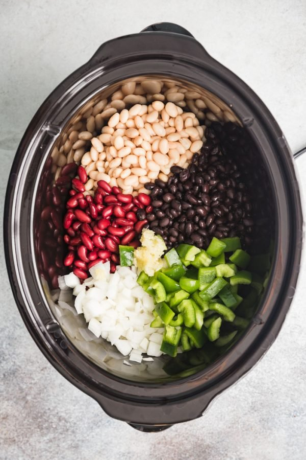 Crockpot Vegan Chili- this vegetarian chili recipe is SO easy to throw together in a slow cooker and it's a great healthy meal! #crockpot #chili #vegan