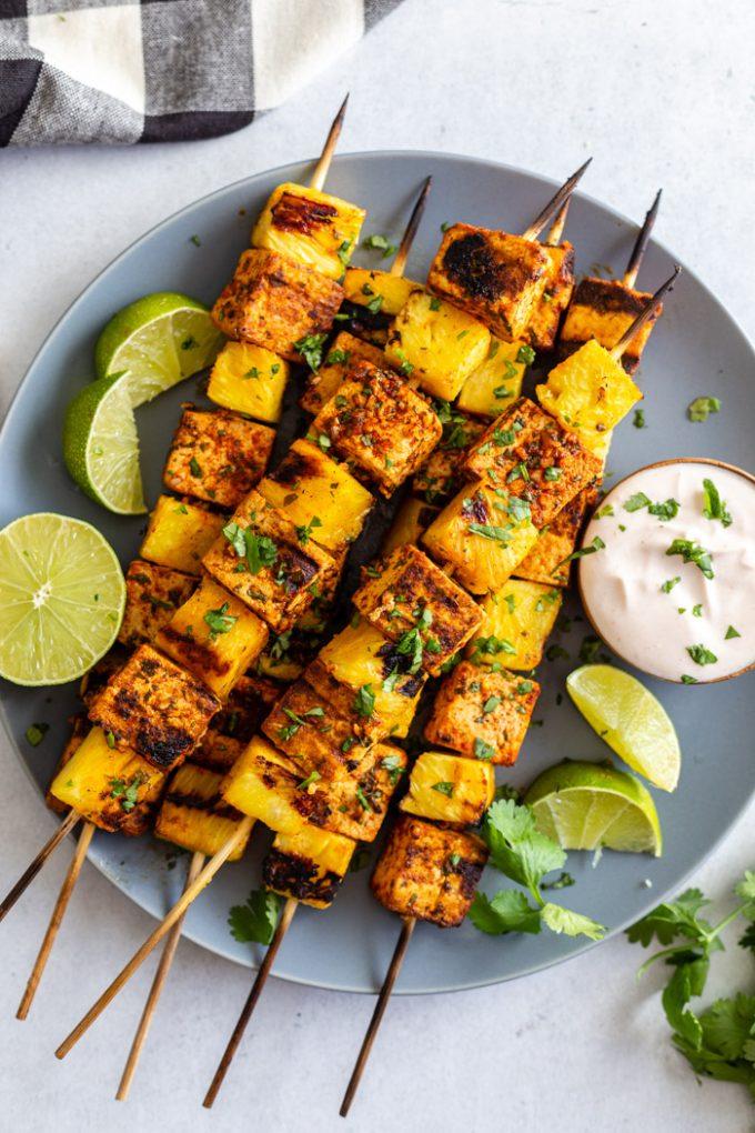 espetos grelhados com tofu e abacaxi polvilhado com coentro e suco de limão