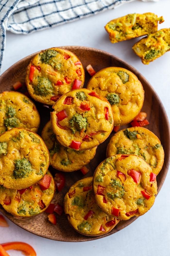 prato de madeira cheio de xícaras de ovo vegan com muitos vegetais visíveis