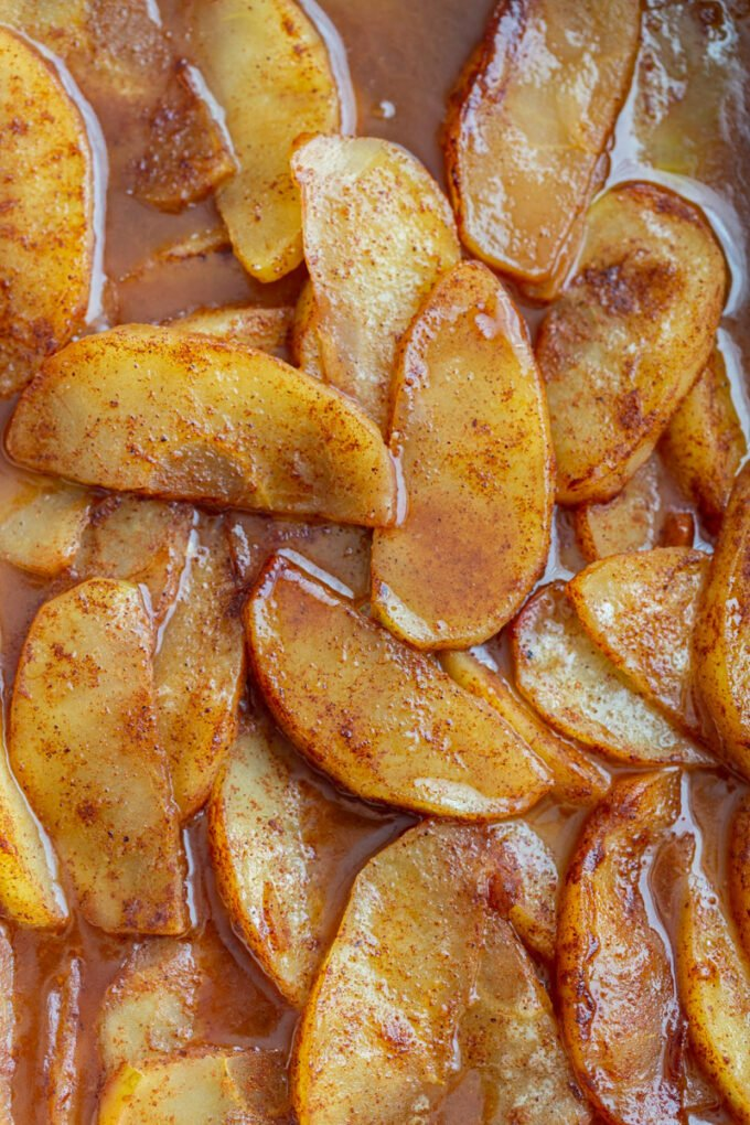 baked apples slices with cinnamon and brown sugar